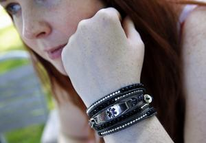 Armbandet berättar för vårdpersonalen att de måste vara observanta. I just Rebecca Klassons fall visar armbandet att hon genomgått en transplantation.