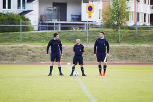 Domartrion Erik Lindkvist, Pontus Lundgren och Adam Hoek är redo för match.