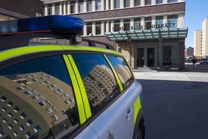 En man åtalas misstänkt för misshandel och hemfridsbrott.