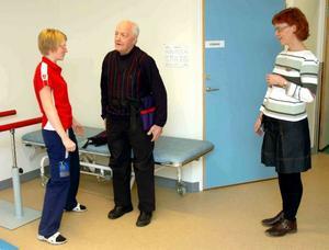 TESTAR. Sjukgymnast Emma Haglöf instruerar Olle Albertsson hur han ska bete sig med viktbältet på. Verksamhetschef Christina Grudéus tittar på.