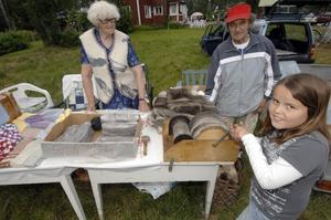 """Hantverk. Josefine Håll från Sollerön hjälper sin mormor och morfar Alf och Aina Fredriksson med ullen till ullsockarna. """"Vi har sålt massor"""", bedyrar Josefine."""