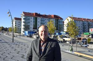 På området bakom mäklaren Peter Erngrund ska de två husen byggas. I bakgrunden syns Mitthems hyreshus och till höger deras trygghetsboende.