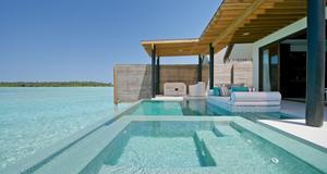 Niyamas Deluxe Water Studio där man har egen pool kostar cirka 10 500 kronor per natt, beroende på säsong. I Maldiverna.