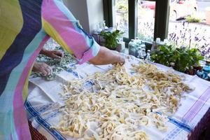 Man måste röra om i pastahögen ibland så att den inte klibbade ihop.