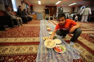 Hussein Al-Ezzi är med och serverar maten.