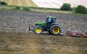 De gårdar som har stora åkermarker blir vinnare i det nya bidragssystemet som börjar gälla 2014, medan en del gårdar med stora djurbesättningar kan förlora en del i bidrag.Foto: Hasse Holmberg/SCANPIX