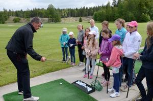 Golftränaren Peter Runius delar med sig av sina golfkunskaper till några av deltagarna på Golfkul i Åmmeberg.