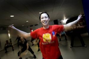 tog i. Jennie Björk kämpade hårt under onsdagens medelpass på Friskis och Svettis i Gävle. Hon var en av knappt 60 personer som deltog i det nästan fullbokade passet.