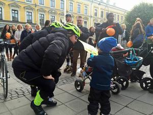 Programledarna Lasse Kronér och Doreen Månsson ska cykla från Sorsele till Stockholm för att uppmärksamma barnarbete och samla in pengar.