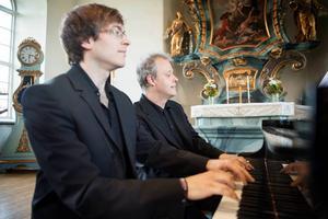 Måndag kväll är det åter dags för Lars Jönsson och hans musiker att inviga Stöde Musikvecka. Här spelar han fyrhändigt piano med Martin Klett under fjolårets musikvecka.