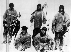 Foton och målningar från den ödesdigra Scott-expeditionen, som ville bli först att nå Sydpolen, ställs ut på Bonhams i London.  Foto: AP/TT