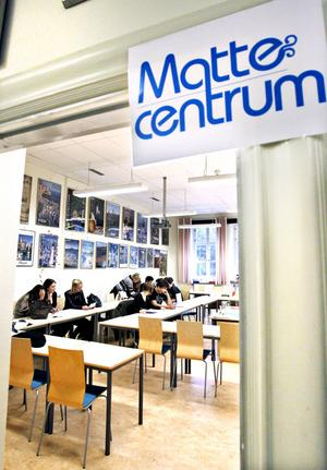 Vanligtvis är det Italienska som lärs ut i sal 115 i Vasaskolan, men varje tisdagskväll är det matematik som gäller.