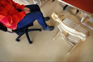 """Personalen på Sollidens skola använder stolar på hjul för att ta bort stolsskrapet. """"Det märks särskilt vid måltiderna för det är många gånger man reser sig upp,"""" säger Malin Strindlund, förskollärare."""