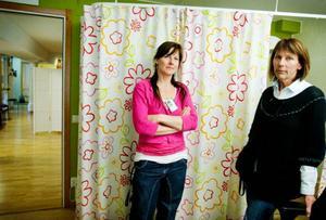 """Ulrica Reunanen och Harriet Hansson är barnmorskor på ungdomsmottagningen. De tar lätt på Gävleåklagaren Mikael Hammarstrands hot om åtal för medhjälp till sexuellt utnyttjande. """"Vi känner oss inte speciellt oroliga"""" säger Harriet Hansson. Foto: Ulrika Andersson"""