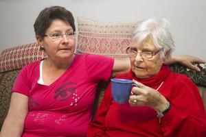 """Satt i mörkret. Signe Svensson fick sitta i ett nedsläckt dagrum på Änglamarkens äldreboende i flera timmar. """"Det är skandal"""", säger dottern Kara Venlock."""