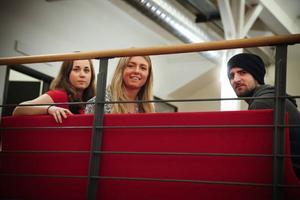 Emma Arnesson, Sara Ottosson och Curtis Vandale jobbar med projektet