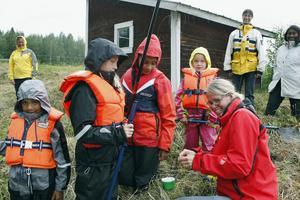 Susanne Holstikko, Lukas Lindfors, Emilia Friberg, Julia Lindfors, Emmy Friberg, Karin Friberg, Marie Friberg och Michan Malmberg hade med sig två sorts mask för att prova sig fram. Första abborren lyckades Lukas Lindfors fiska upp.