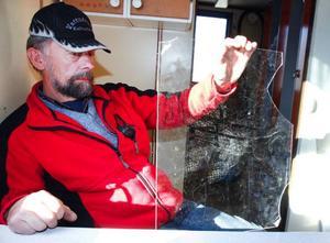 """""""Det här är den nya rutan som jag satte in efter första gången de var in"""", säger Stig Eriksson med en suck och visar den trasiga rutan."""