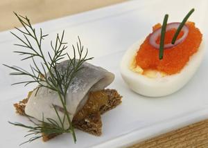 Överraskande och lyxig inledning på middagen blir det med sill, apelsinmarmelad, ägg och löjrom.   Foto: Dan Strandqvist