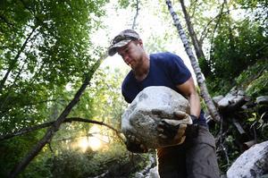 Daniel Persson är projektledare för återställandet av Smedsbäcken. I två år har han tränat på luncherna för att orka med det tunga arbetet.