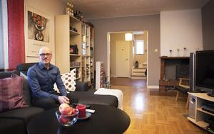 Thomas Andersson i vardagsrummet i den gamla läkarvillan i Fåker.