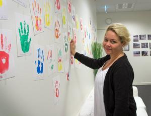 När Centrum för alla invigdes fick besökarna göra egna handavtryck. Anna Idell visar sin.