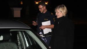 Hedemoras kommunchef Annika Strand tillsammans med kommunpolisen Thomas Norström.