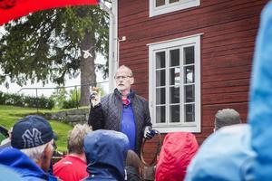 Kjell Höök, auktionist, berättar att det var cirka 1000 personer som kom till Stenegård i Järvsö på söndagen.