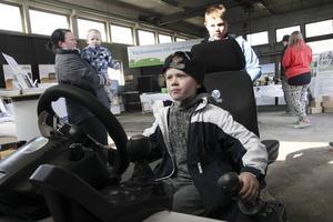 Damien Jonsson provar att köra grävmaskin i en simulator.
