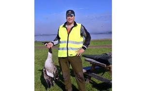 Kommunjägare Jonny Jones med den kanadagås han sköt vid Siljan på onsdagen.FOTO: HANS BLOOM