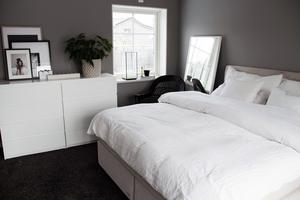 Sovrummet har en heltäckningsmatta som bidrar till den lugna och tysta känslan i rummet.