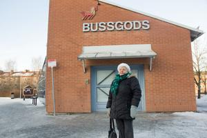 Gurli Haga står vid busstationen och väntar på en buss till Falun. Hon åker sällan med den avgiftsfria trafiken. Hon tar hellre bilen. Trots det tycker hon att de avgiftsfria bussarna ska vara kvar.