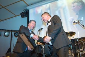 Kommunalråd Kjell Jansson (M) räcker över priset till Dick Tollbring.
