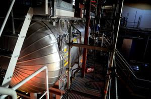 En turbin, en generator och en kondensor är vad som tillkommit då anläggningen gjorts om till kraftvärmeverk.
