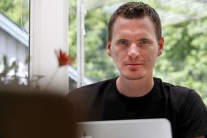 Rasmus Bjerén, som bor i Järvsö, är bekymrad över att regionen vill dra ner på verksamheten samtidigt som målen uppfylls allt sämre.