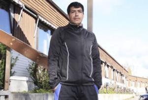 Har en bra känsla. Ali Reza Eli kommer från Afghanistan och bor tillfälligt på Migrationsverkets flyktingförläggning i Gamla Nalles motell i Arboga. Efter att polisen gått ut med signalement på en tänkbar gärningsman till överfallen i Arboga förstår han att han och kamraterna har blickarna på sig. Samtidigt har Ali en bra känsla av de han bor tillsammans med på förläggningen.