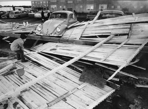 Dagen efter. Resterna från taket låg på marken, många bilar var skadade. Den här lille killen inspekterade på Vallby, Västerås värst drabbade område denna novemberdag 1969.