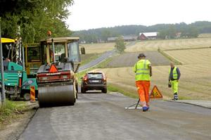 Körklar. I går förmiddag lades de sista metrarna med ny asfalt från Brånsta och till rondellen vid Östra leden. Bild: JAN WIJK