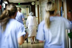 Efter drygt 60 dagar kunde den 77-åriga kvinnan gå igen, med hjälp att rollator. Nu anmäls Hudiksvalls sjukhus.