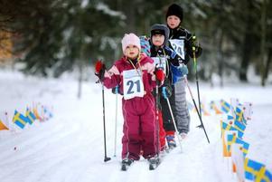 PÅ LED. Det gäller att bevaka sin position. 4-årige Tilde Nilsson-Hillgren leder de övriga i spåren.