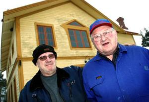 Bröderna Yngve och Folke Eriksson har fått Jamtamots pris för prylsamlande i Hovermo.Foto: Bengteric Gerhardsson