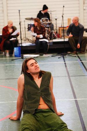 """Marcus Solsten Carrara spelar Oberon, älvornas konung i Vittraelevernas uppsättning av """"En midsommarnattsdröm""""."""