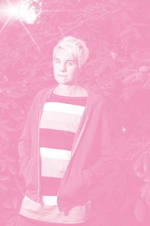 """Skärskådar laddad kulör. """"Jag tycker ju att vi alla till mans och kvinns går omkring med ett underliggande förakt som kopplas till kvinnlighet"""" säger Fanny Ambjörnsson som vill få sina läsare att tänka till."""