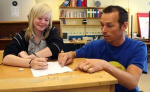– Jag tror att Kaxås skola får leva vidare, säger läraren Peter Hallberg som här ger Kim Olander i sjätte klass hjälp.