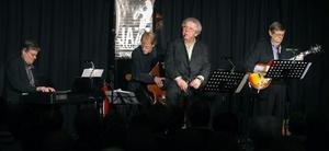"""tillbaka. En fullsatt Jazzklubb var en härlig syn när gamle Sundsvallsbon Claes Janson sjöng """"Nat King Cole"""" tillsammans med sina polare Kjell Öhman, Rune Gustafsson och Hans Backenroth."""