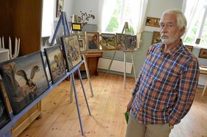 Ställer ut. Jörgen Andersson visar upp sin samling med trätavlor nu i juli i Åkerby skola.Bild: Lars-Ivar Jansson