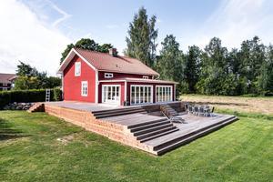 Viken 57 i Borlänge är en fastighet från 1800-talet. Med huset får man bland annat egen brygga, stort, lantligt kök, två gäststugor och en sjöbod.