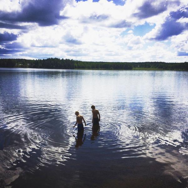 Sommarlov. Melvin och Emil passade på att bada mellan regnskurarna, och solen värmde. Foto: Ida-Marie Bråtner