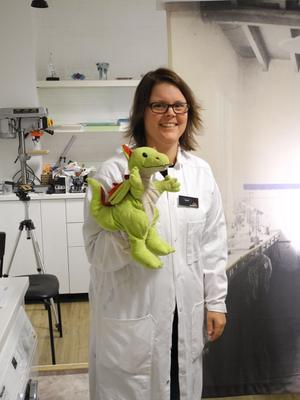 Pedagogen Sarah Runegård instruerar och lär barnen om kemi i sällskap av den eldsprutande draken Berta