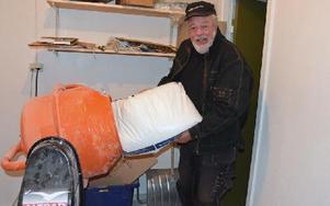 Dan Ingvarsson i Malung fyller betongblandaren med ingredienser för att koka ihop danselixiret Glatti. Foto: Anders Mojanis/DT